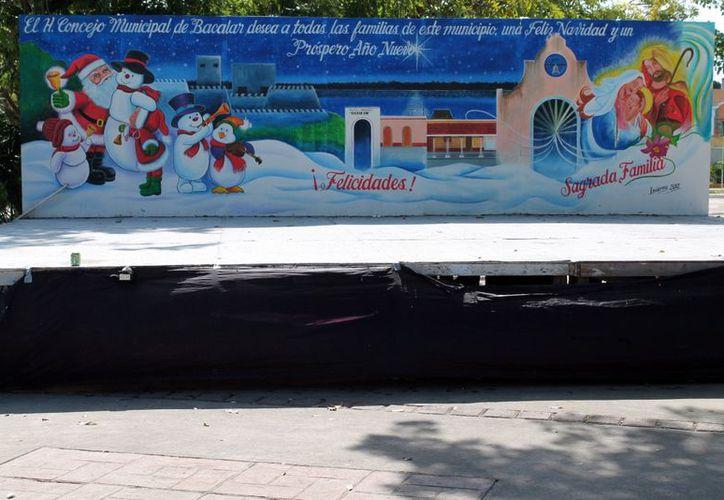 El escenario colocado para la inauguración del al árbol de Navidad no contó con eventos culturales. (Juan Carlos Gómez/SIPSE)