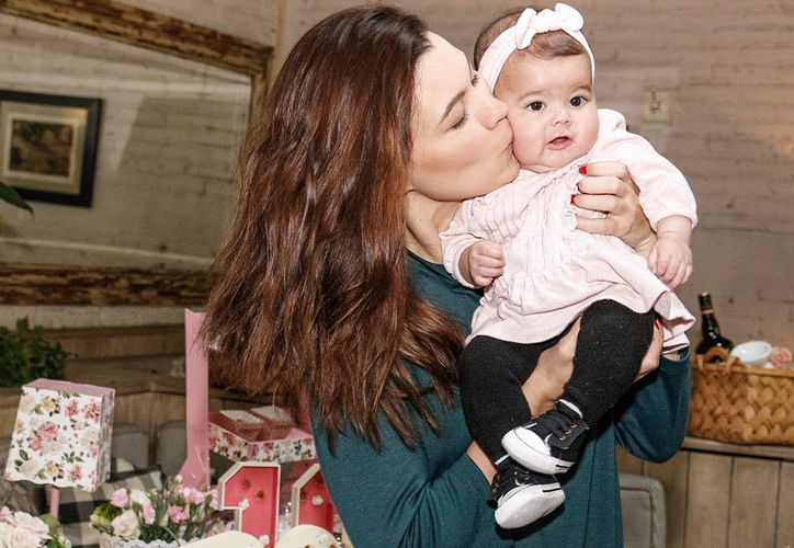 Natália posteó una encantadora imagen en la que aparece la pequeña en brazos de la actriz y el actor. (Contexto)