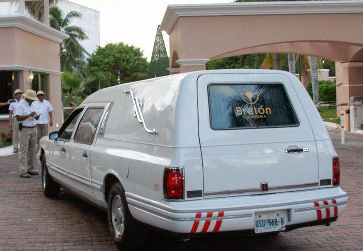 Alrededor de las 16:40 horas una carroza de la funeraria Breton llegó al lugar, misma que se retiró sin el cuerpo 15 minutos más tarde. (Francisco Gálvez/SIPSE)