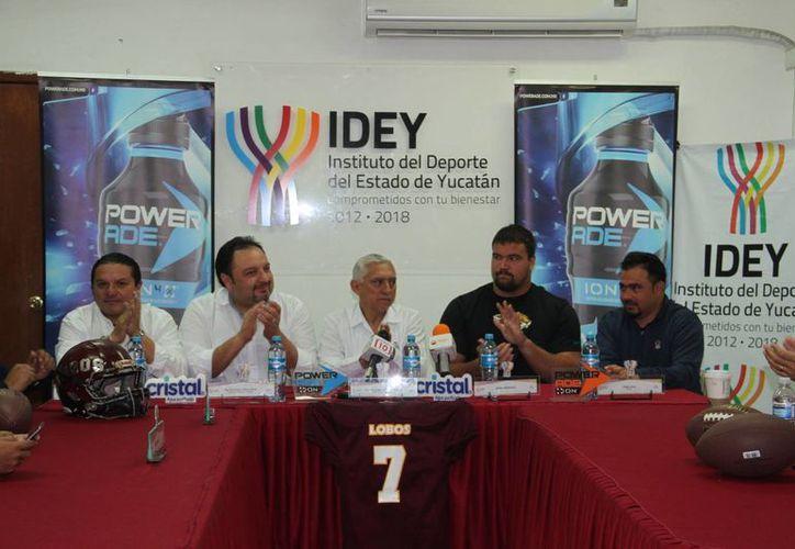 Conferencia de prensa con Stefan Wisniewski, jugador de NFL, en Mérida. (Jorge Acosta/SIPSE)