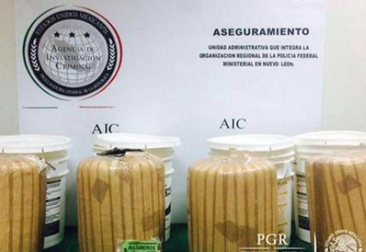 Apenas el 26 de agosto pasado un hecho similar ocurrió en una empresa de paquetería de Santa Catarina, donde localizaron 40 kilos de marihuana en cubetas de mole. (Excelsior)