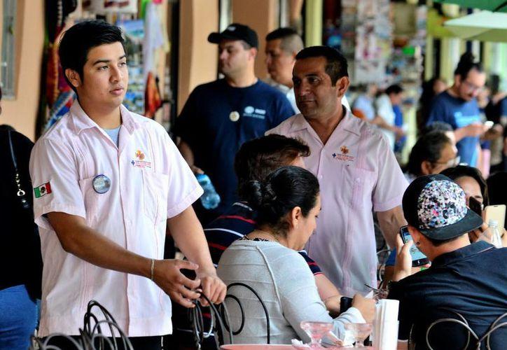 En la entidad se ofrece una amplia gama de plazas laborales. Imagen de contexto de un joven empleado en uno de los negocios instalados en los bajos del Palacio de Gobierno. (Milenio Novedades)