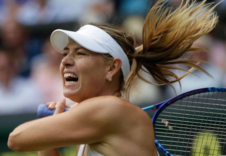 Maria Sharapova (foto) avanzó a semifinales del torneo de Wimbledon 2015; derrotó a Coco Vandeweghe, en cuatro sets. (The Associated Press)