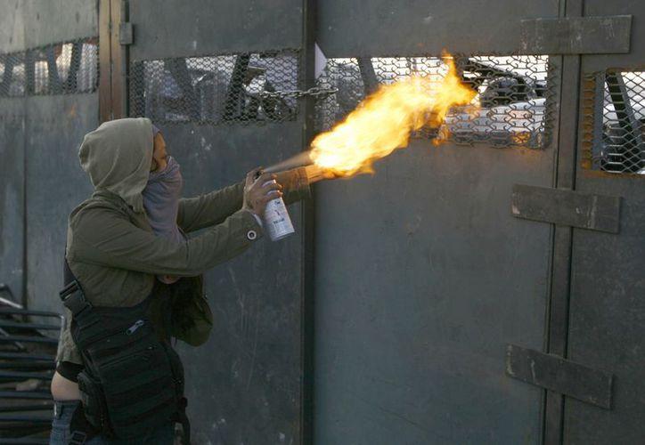 Los manifestantes también arrojaron botellas, cohetones y bombas molotov contra las fuerzas de seguridad. (Agencias)