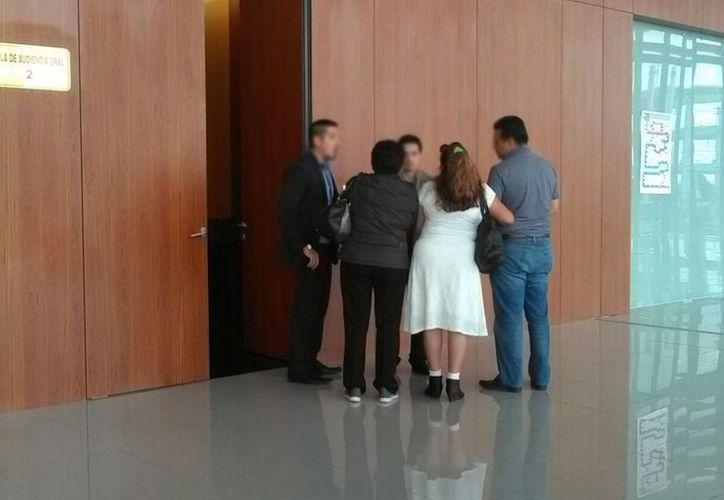 Imagen de los familiares del acusado con sus abogados durante una de los secesos de la audiencia. (Luis Fuente/SIPSE)