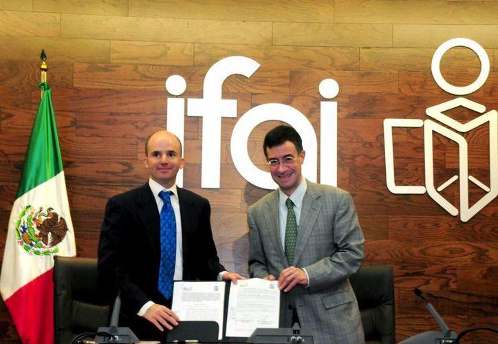 El comisionado presidente del IFAI, Gerardo Laveaga, y el director general del IMSS, José Antonio González Anaya, con el convenio firmado. (Notimex)