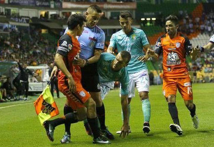 Diego Novaretti agredió a Hirving Lozano, en el duelo de la jornada 1 de la Liga MX, entre León y Pachuca. (Milenio Digital)