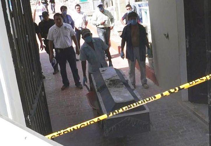 El cadáver de un menor, quien murió electrocutado en Acanceh, Yucatán, fue exhumado para determinar la causa de la muerte, como parte de una diligencia por una denuncia contra el Ayuntamiento. (SIPSE)