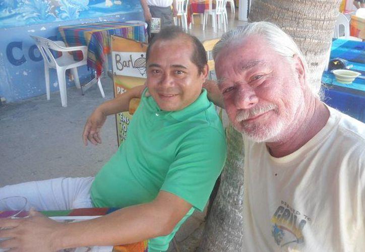 Richard Wilson, mejor conocido como Waka-Waka I, con José Francisco Lara. (Manuel Pool/SIPSE)