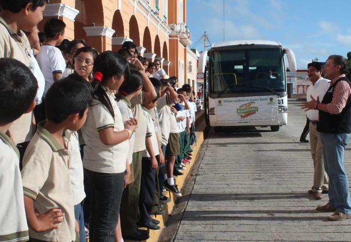 Los pequeños llegaron al Palacio Municipal de Motul para emprender el viaje. (SIPSE)