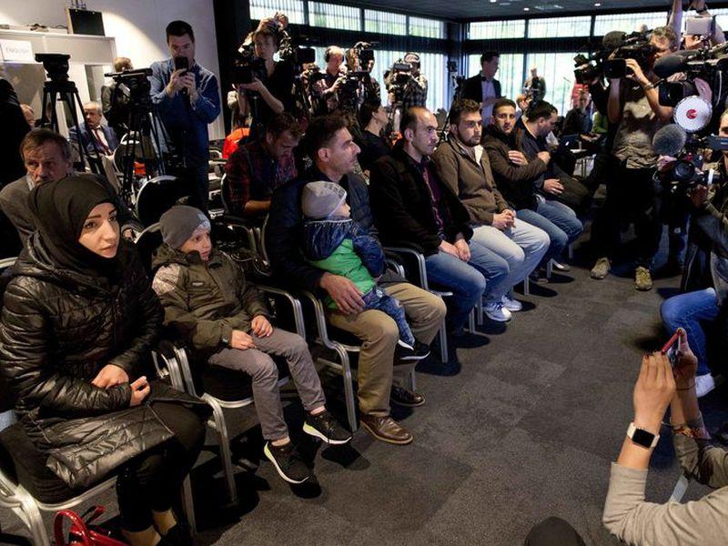 Los sirios traídos a La Haya por Rusia en un movimiento para desacreditar los informes de un ataque de armas químicas del 7 de abril de 2018 en la ciudad siria de Douma, toman asiento en una conferencia de prensa en La Haya, Holanda.