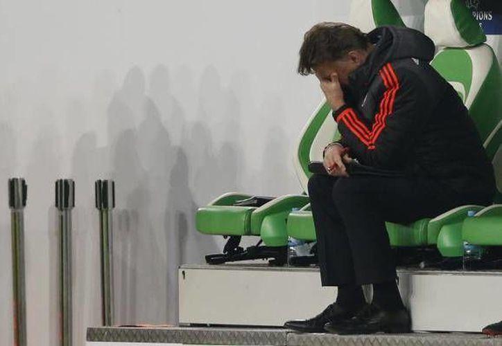 Louis Van Gaal abandonó repentinamente una conferencia de prensa este miércoles, ya que enfureció  por las preguntas que se le hicieron sobre su futuro en el Manchester United. (AP)