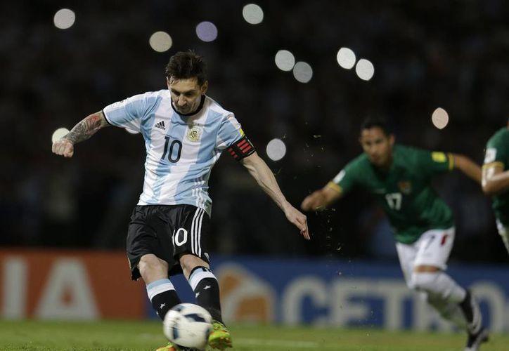 El conjunto conducido por Martino mostró una amplia superioridad desde el comienzo y terminó por concretar de buena forma su buen futbol ante Bolivia con un 2-0. (Imágenes de AP)