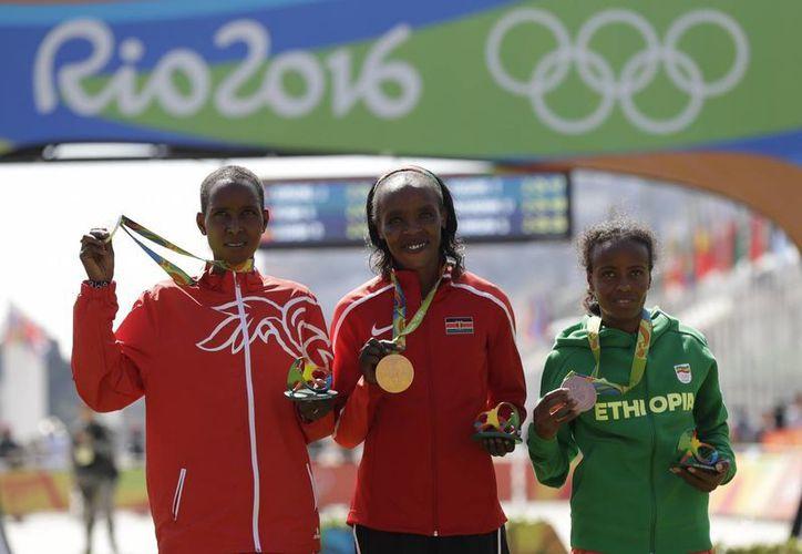 La keniana Jemima Sumgong ganó la medalla de oro en el maratón femenil de Río 2016, con tiempo de 2 horas, 24 minutos y 4 segundos. (AP/Felipe Dana)