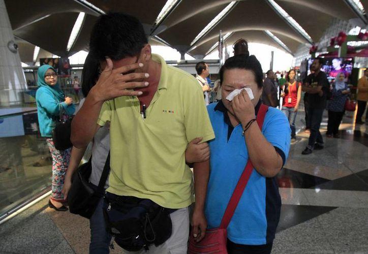 Familiares y amigos de los pasajeros a bordo del avión de Malaysia Airlines, desaparecido desde el sábado pasado con 239 personas a bordo. (Agencias)