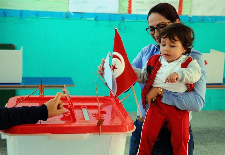 Quien resulte electo presidente de Túnez recibirá un país en crisis económica y de seguridad. (AP)