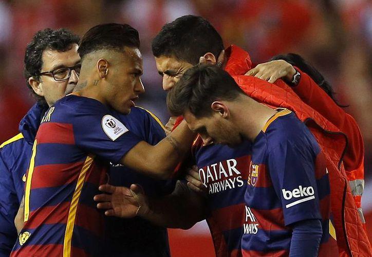 Luis Suárez salió visiblemente triste por la gravedad de su lesión, la cual le haría perderse el inicio de la Copa América. (AP)