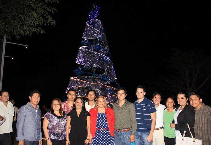 En un acto emotivo y familiar, se realizó el encendido el árbol navideño de la Uqroo. (Cortesía/Uqroo)