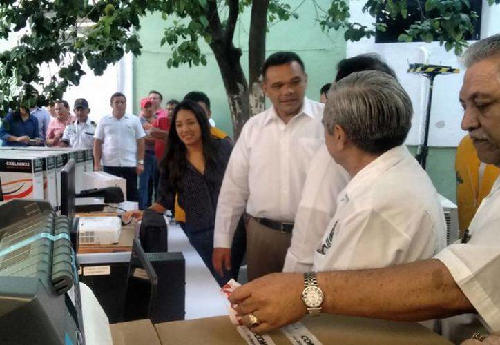 Imagen del gobernador Rolando Zapata Bello al realizar la entrega de equipo para fortalecer los servicios de salud en la entidad. (José Salazar/SIPSE)