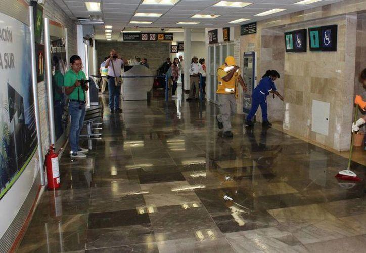 Personal de limpieza trató de detener las aguas negras en el aeropuerto de Chetumal. (Ángel Castilla/SIPSE)