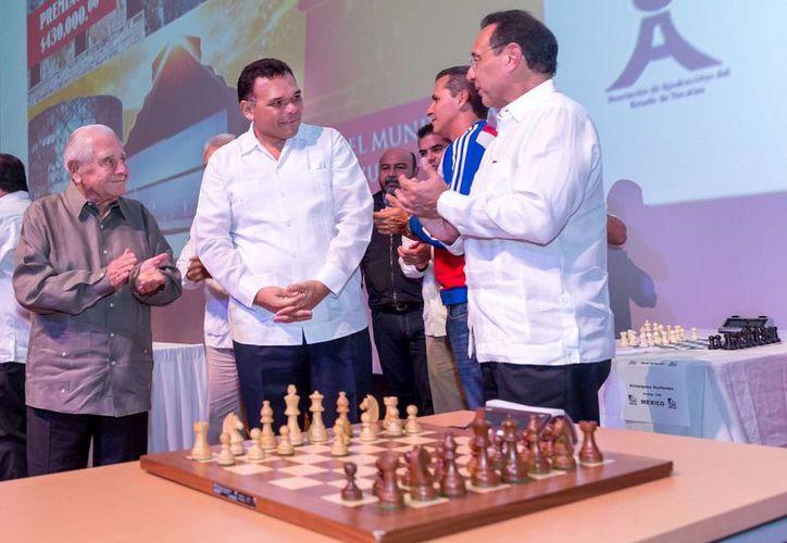 El gobernador Rolando Zapata realizó el primer movimiento de la partida inaugural del torneo 'Carlos Torre' con el Gran Maestro Lázaro Bruzón Batista, ganador de la edición anterior. (SIPSE)