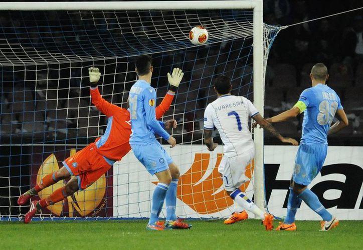 Ricardo Quaresma (de espaldas) anota uno de los goles que enviaron al Porto a la ronda de los ochos mejores clubes de la Liga Europa. (Agencias)
