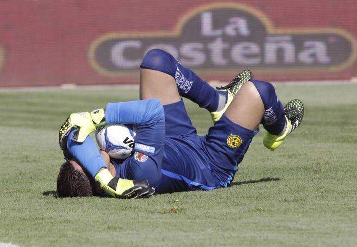 En la imagen, el portero Hugo González quien con evidente nerviosismo se 'comió' un tiro libre al minuto 23, colaborando con el empate momentáneo de La Franja. (Notimex)