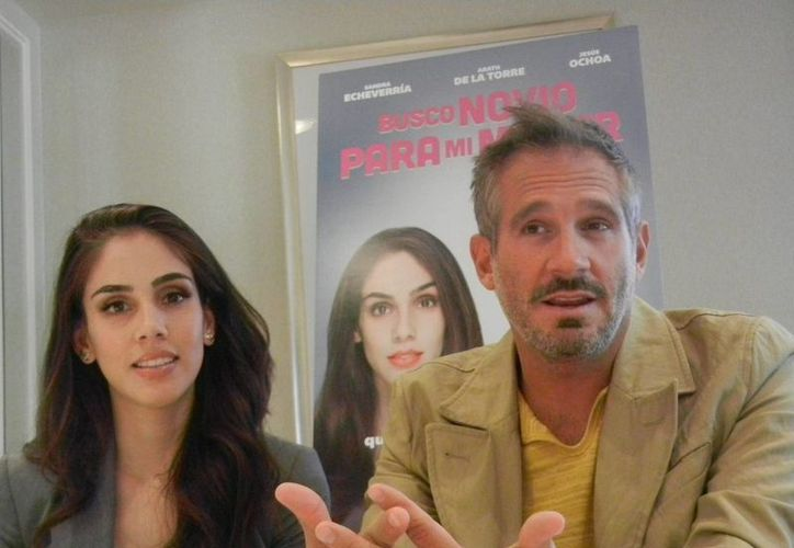 Los actores Sandra Echeverría y  Arath de la Torre, quienes protagonizan 'Busco para mi mujer', cinta que ya se encuentra en las salas de la república mexicana. (Notimex)