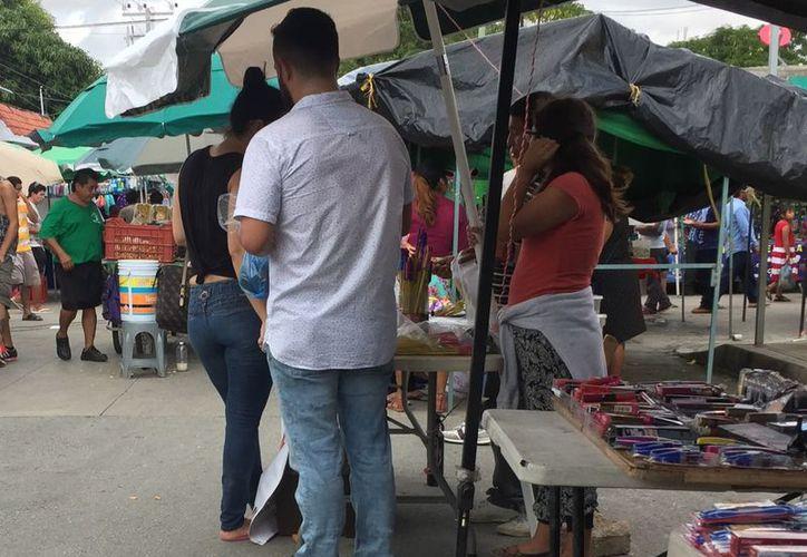 Son alrededor de 10 vendedores de pirotecnia los que están en el tianguis de la región 100. (Eva Murillo/ SIPSE)