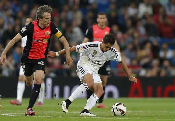 El mexicano Javier Hernández durante una jugada en partido de la Liga de España. El delantero mexicano jugó los 90 minutos y dio un pase para gol en la victoria de Real Madrid por 3-0 sobre Almería. (Foto: AP)