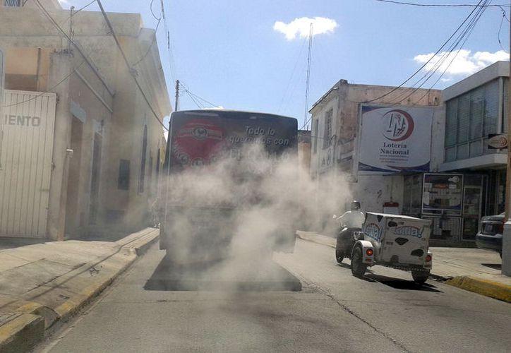 El humo de los vehículos contribuye en la contaminación del aire. (Milenio Novedades)