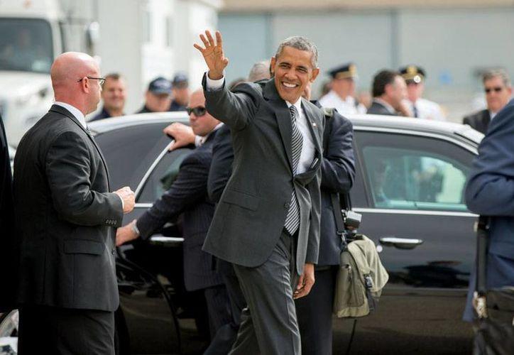 El presidente Barack Obama arribó este domingo a Nueva York, en donde este lunes sostendrá una reunión con el presidente de Cuba, Raúl Castro. (AP)