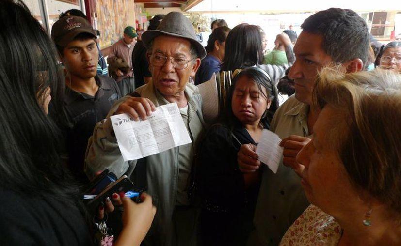Vecinos de varias colonias de Tijuana se manifestaron en el Palacio Municipal para protestar por el apagón analógico cuando aún no cuentan con decodificador. (Notimex)