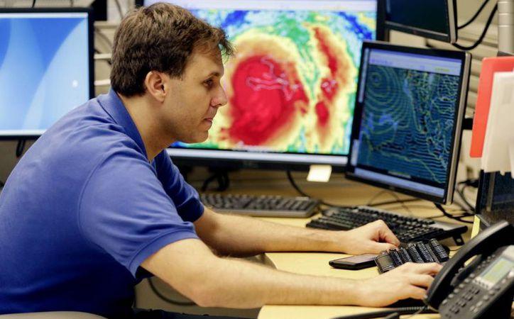 Expertos estiman que la noche del miércoles y jueves se comiencen a sentir los embates del huracán Matthew en territorio de Florida. (AP/Lynne Sladky)