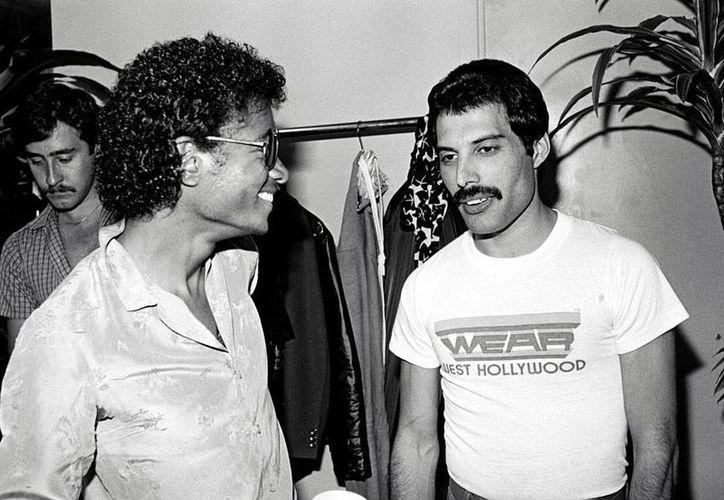 Michael Jackson (izq.) y Freddy Mercurie, dos monstruos de la música, cuyas voces podrán escucharse juntas en noviembre, en una producción musical del grupo inglés. La imagen es de contexto. (widelek.org)