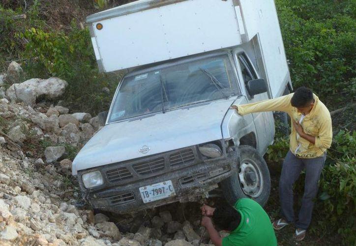 El chofer venía de distribuir frutas y verduras en el puerto Chiquilá. (Raúl Balam/SIPSE)