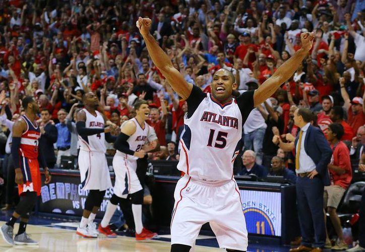 Al Horford celebra la última canasta del partido ganado por Hawks de Atlanta ante Wizards de Washington en playoffs de la NBA para avanzar a la semifinal ante Cavaliers de Cleveland. (Foto: AP)