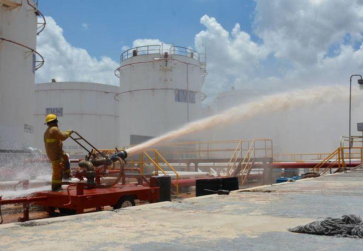 Un exitoso simulacro de derrame e incendio, que duró 8 minutos, se realizó este miércoles en bombas de Pemex, en la Terminal de Almacenamiento y Distribución de Mérida. (Foto cortesía de Pemex)