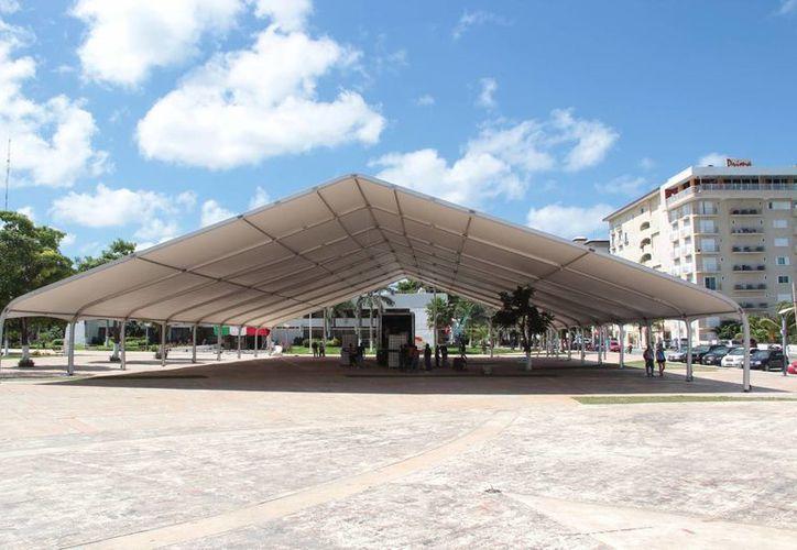 Se instaló un toldo con estructura de metal para proteger a los asistentes de los rayos del sol o lluvia. (Gustavo Villegas/SIPSE)
