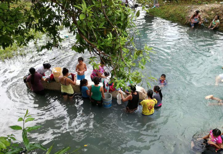 Bajaron al río para llevar agua a sus casas. (Foto: Juan Rodríguez/SIPSE)
