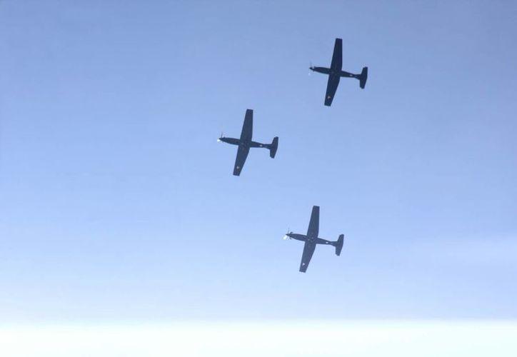 Imagen de las prácticas de vuelo de tres aviones de la Fuerza Aérea Mexicana por los cielos de Mérida. (Foto: Jorge Acosta/SIPSE)