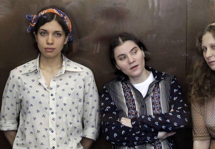 Nadezhda Tolokonnikova, Yekaterina Samutsevich y Maria Alekhina (d), cuando eran juzgadas. (Agencias)