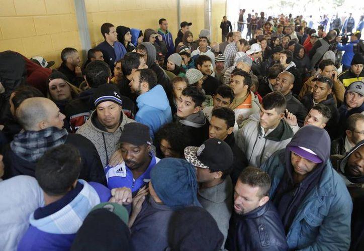 Hubo largas filas en los centros de boletos de las 12 ciudades sede del Mundial. (Foto: AP)