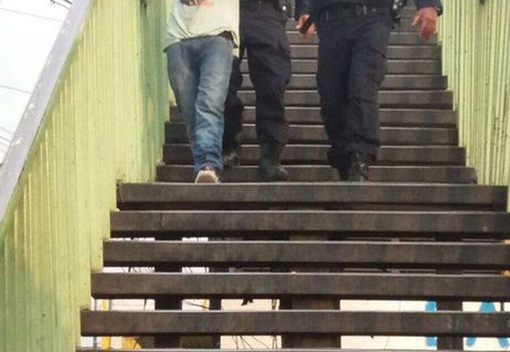 El policía se detuvo en el lugar para revisar una falla en su auto. (Foto: El Popular)