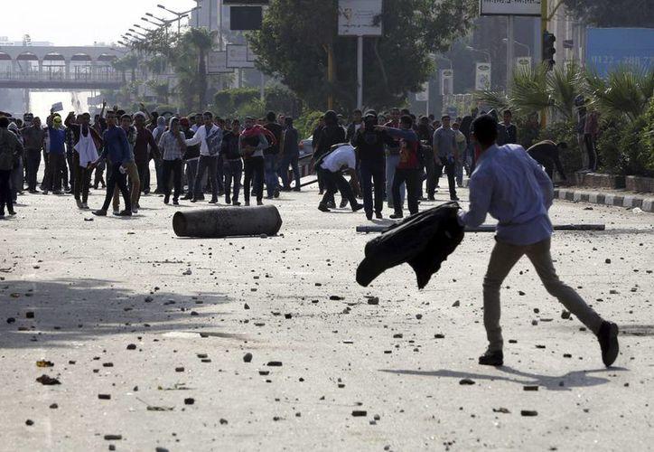 Seguidores de los Hermanos Musulmanes se enfrentan a las fuerzas policiales antidisturbios egipcias durante las protestas islamistas cerca de la Universidad de El Cairo en El Cairo, Egipto. (Archivo/EFE)