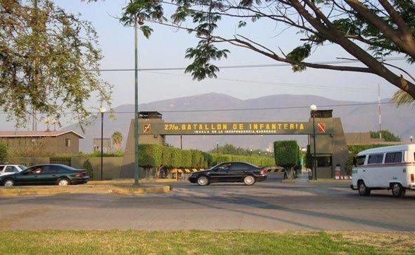 El gobierno federal aceptó abrir las puertas de los cuarteles de Guerrero para que las familias de los estudiantes comprueben que sus hijos no fueron agredidos por el Ejército y mucho menos cremados en sus instalaciones. Imagen del 27º Batallón de Infantería cercano al municipio de Iguala. (Foto tomada de SDP Noticias)