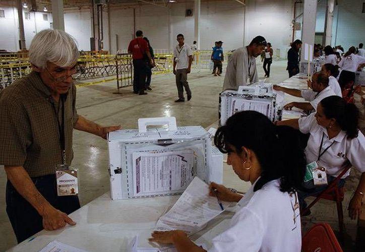 Como el PAN y Renovación Sudcaliforniana (PRS) no cumplían con la paridad de género en cuanto a su registro electoral en Baja California Sur, dos candidatos debieron ceder su lugar a sus esposas. (excelsior.com.mx)