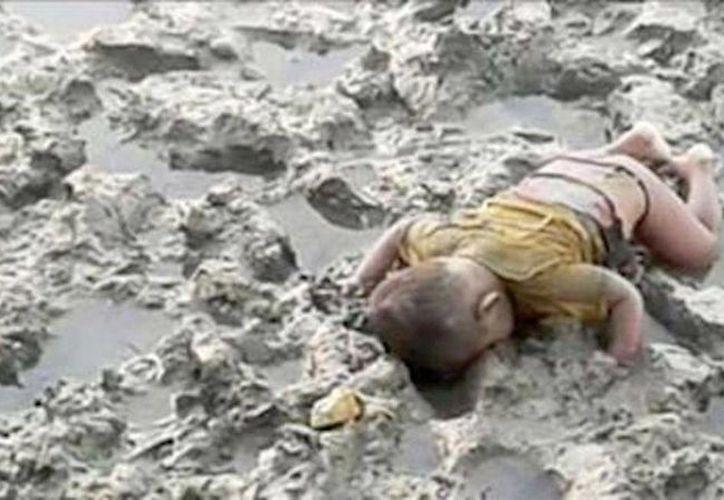 En la fotografía, el pequeño Mohammed Shohayet yace en el fango boca abajo y semidesnudo. Su familía también falleció en su intento por huir a Bangladesh. (ANSA latina)