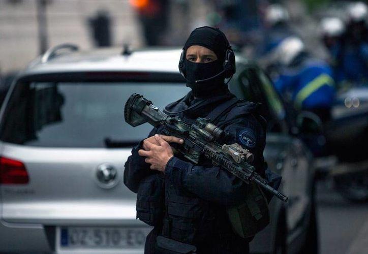 El más reciente atentado en Francia reveló a Europol que el Estado Islámico está utilizado a personas con perturbaciones mentales como atacantes suicidas, aunque en muchos casos no lo hace directamente. La imagen, de una agente de la Gendarmería francesa, está utilizada solo con fines ilustrativos. (EFE/Archivo)