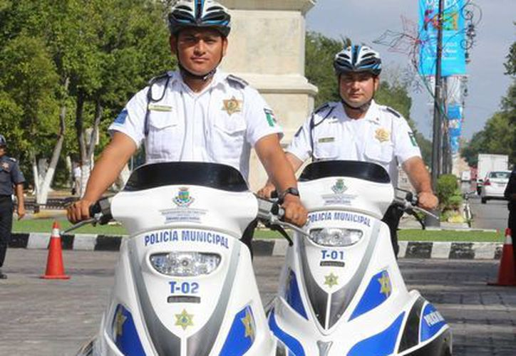 Los policías Héctor Peraza Cabrera y Fernando Mex Flores recibieron los vehículos eléctricos para patrullar la ciudad. (SIPSE)